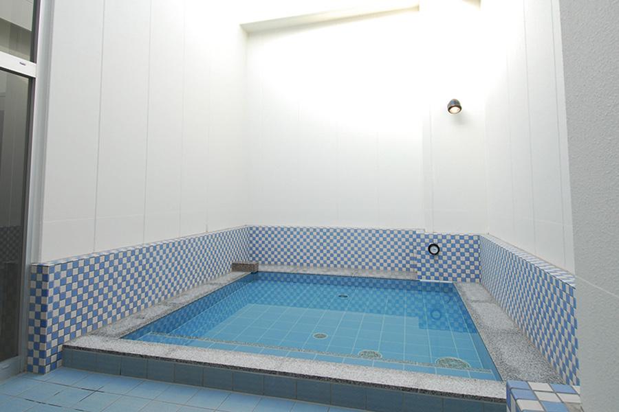 ジェットバス、バイブラバス、露天風呂、ドライサウナ、スチームサウナを備えた本格派スパ施設